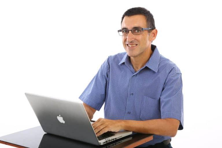 צילום של ארז שמש יועץ משכנתאות עצמאי עם מחשב נייד