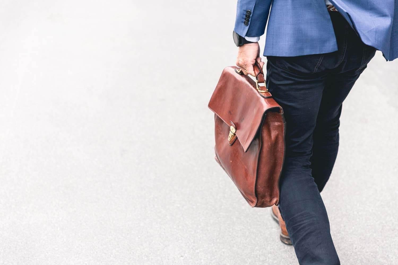 איש עסקים עם תיק מסמכים עסקים למכירה