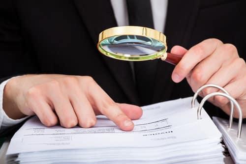 יועץ פיננסי מבצע בדיקת נאותות כלכלית פיננסית