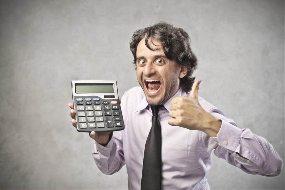 איש מכירות מבטיח חיסכון במיחזור משכנתא