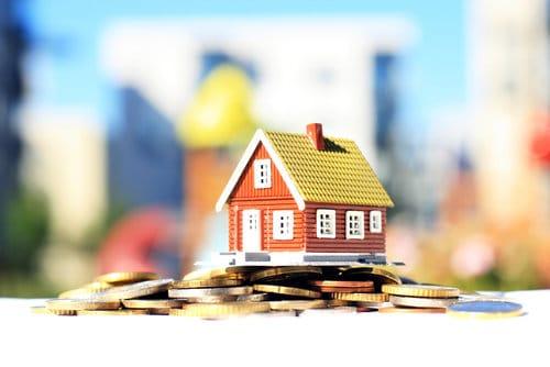 צילום של בית על מטבעות לאחר בדיקת עלות מיחזור משכנתא