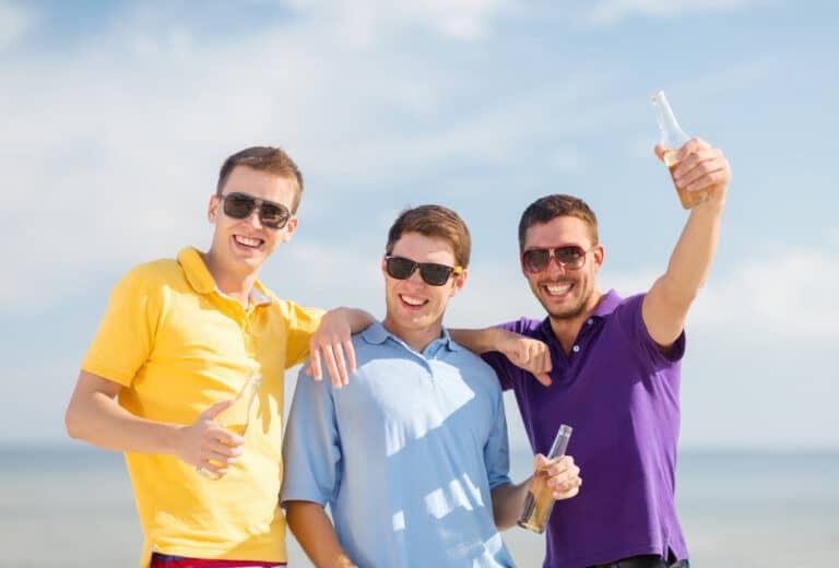 שלושה בחורים נהנים לקראת לקיחת משכנתא לרווקים